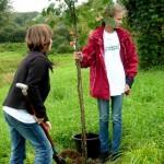 Celine und Berit mit Baum