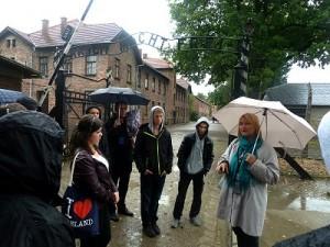 Vor dem Eingang von Auschwitz I