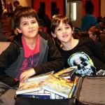 Auch German aus der 5b brachte einen vollen Bücherkoffer mit in die Schule. Hier mit Mitschüler Tobias.