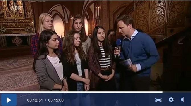 Schülerinnen im TV-Interview beim Hamburg Journal